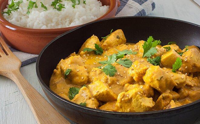 Fruchtiges Curryhuhn mit Mandelreis